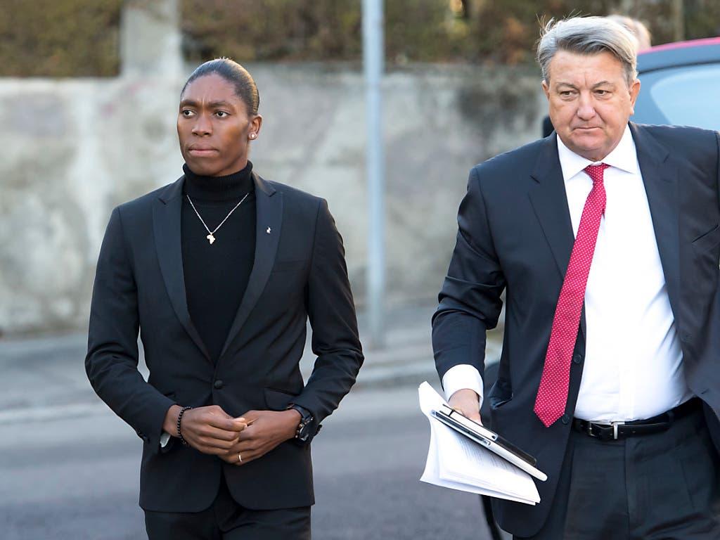 Caster Semenya (links) und ihr Anwalt Gregory Nott (rechts) (Bild: KEYSTONE/LAURENT GILLIERON)