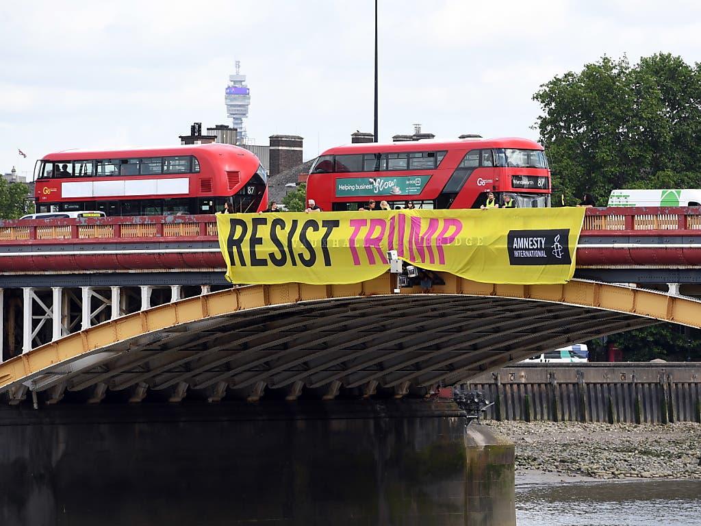 Ein Protestbanner von Amnesty International - anlässlich des Besuchs von US-Präsident Donald Trump werden in London grosse Proteste erwartet. (Bild: KEYSTONE/EPA/FACUNDO ARRIZABALAGA)