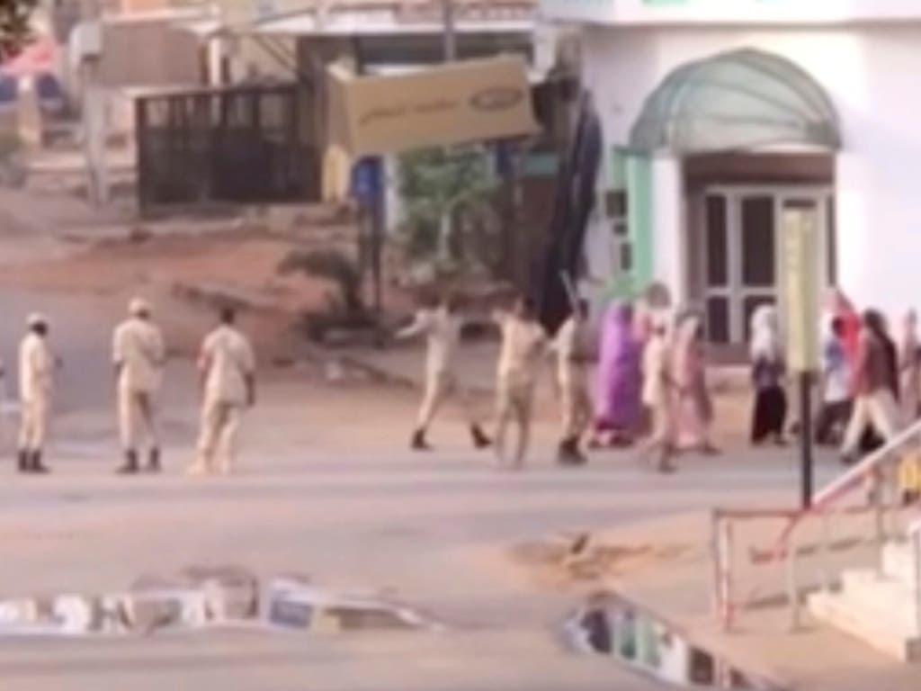Auf diesem Screenshot eines Augenzeugen-Videos sind sudanesische Sicherheitskräfte zu sehen, die Zivilisten in den Strassen von Khartum eskortieren. (Bild: KEYSTONE/AP)