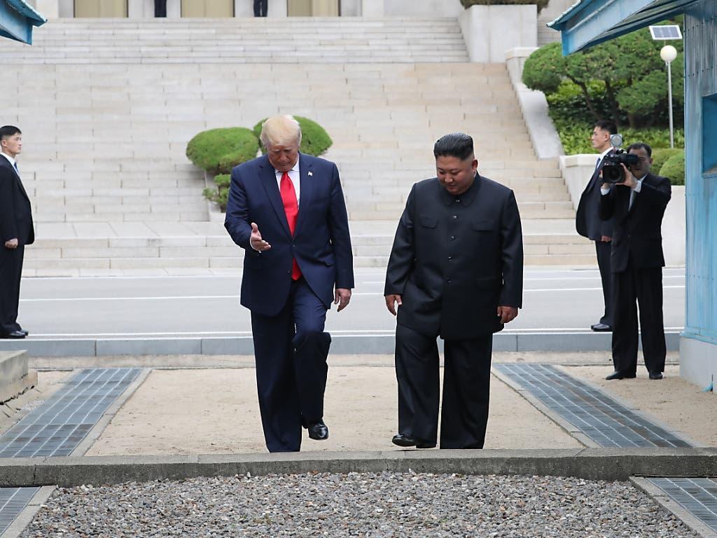 US-Präsident Donald Trump betrat am Sonntag zusammen mit dem Nordkoreanischen Machthaber Kim Jong Un als erster US-Präsident im Amt den Boden des kommunistischen Nordkoreas. (Bild: KEYSTONE/EPA YNA/YONHAP)