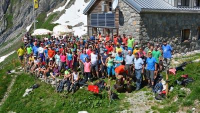 Die 140 Freunde und Mitglieder des SAC Toggenburg schleppten in rund vier Stunden sieben Tonnen Material zur Zwinglipasshütte hinauf. (Bild: Beat Lanzendorfer)
