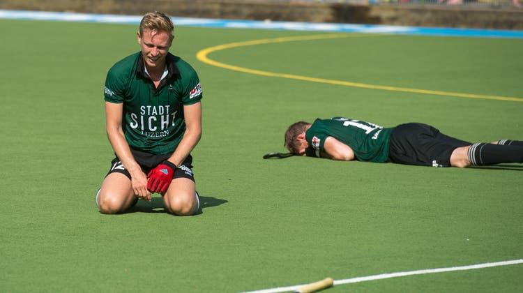 Philipp Hamm (links) und Lars Küng sind nach Spielende untröstlich. BilderDominik Wunderli (Luzern, 30. Juni 2019)