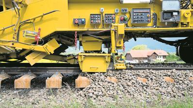 Nebst grossen Ausbauprojekten müssen die SBB auch in den Unterhalt der Infrastruktur investieren. Im Bild werden auf der Strecke Busswil–Büren an der Aare die Gleise erneuert. (Bild: Anthony Anex/Keystone, 15. Mai 2019)