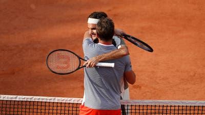 Stan Wawrinka gratuliert Roger Federer zu Sieg. (Bild: Yoan Valat / EPA, Paris, 4. Juni 2019)