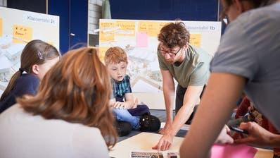Die Ideenfindung findet im direkten Dialog an den Workshops der Primarschule statt. (Bild: Jakob Ineichen)