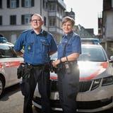 Urs Vollmeier und Magdalena Fässler vor der Gossauer Polizeistation. Er ist seit gut 20 Jahren bei der Polizei, sie seit 4. (Bild: Benjamin Manser (4. Juni 2019))