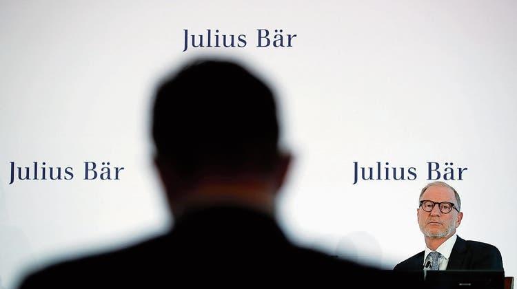 Über seine Zukunft bei Julius Bär wird vermehrt spekuliert: CEO Bernhard Hodler (rechts). (Bild: Stefan Wermuth/Bloomberg, Zürich, 23. Juli 2018)