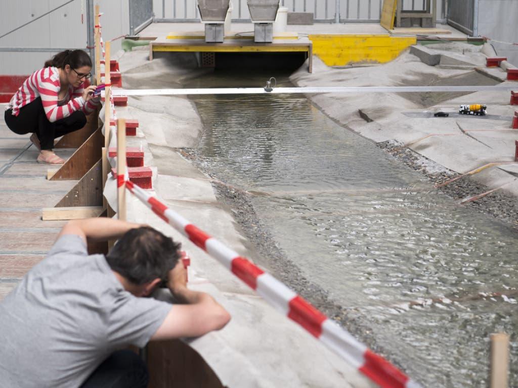 Die ETH Lausanne (EPFL) hat das Rhoneknie bei Martigny in einem Modell im Massstab 1:52 nachgebaut. (Bild: Keystone/LAURENT GILLIERON)