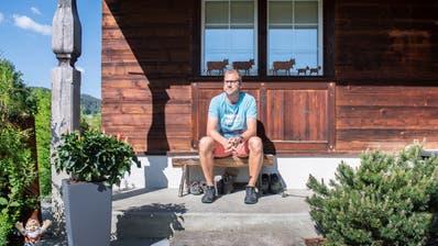 Von seinem Zuhause an der Lehnstrasse in Appenzell blickt Tobias Balcar direkt zu seinem «Lieblingsspielplatz», dem Alpstein. (Bild: Urs Bucher)