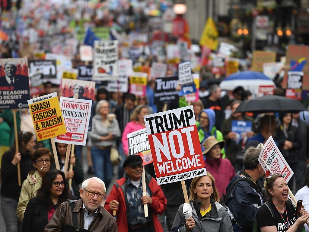 Unweit des britischen Regierungssitzes demonstrierten am Dienstag mehrere Tausend Menschen gegen Trump und dessen Politik. Millionen Briten hatten sich vorab per Petition gegen einen Staatsbesuch des US-Präsidenten ausgesprochen. (Bild: KEYSTONE/EPA/ANDY RAIN)