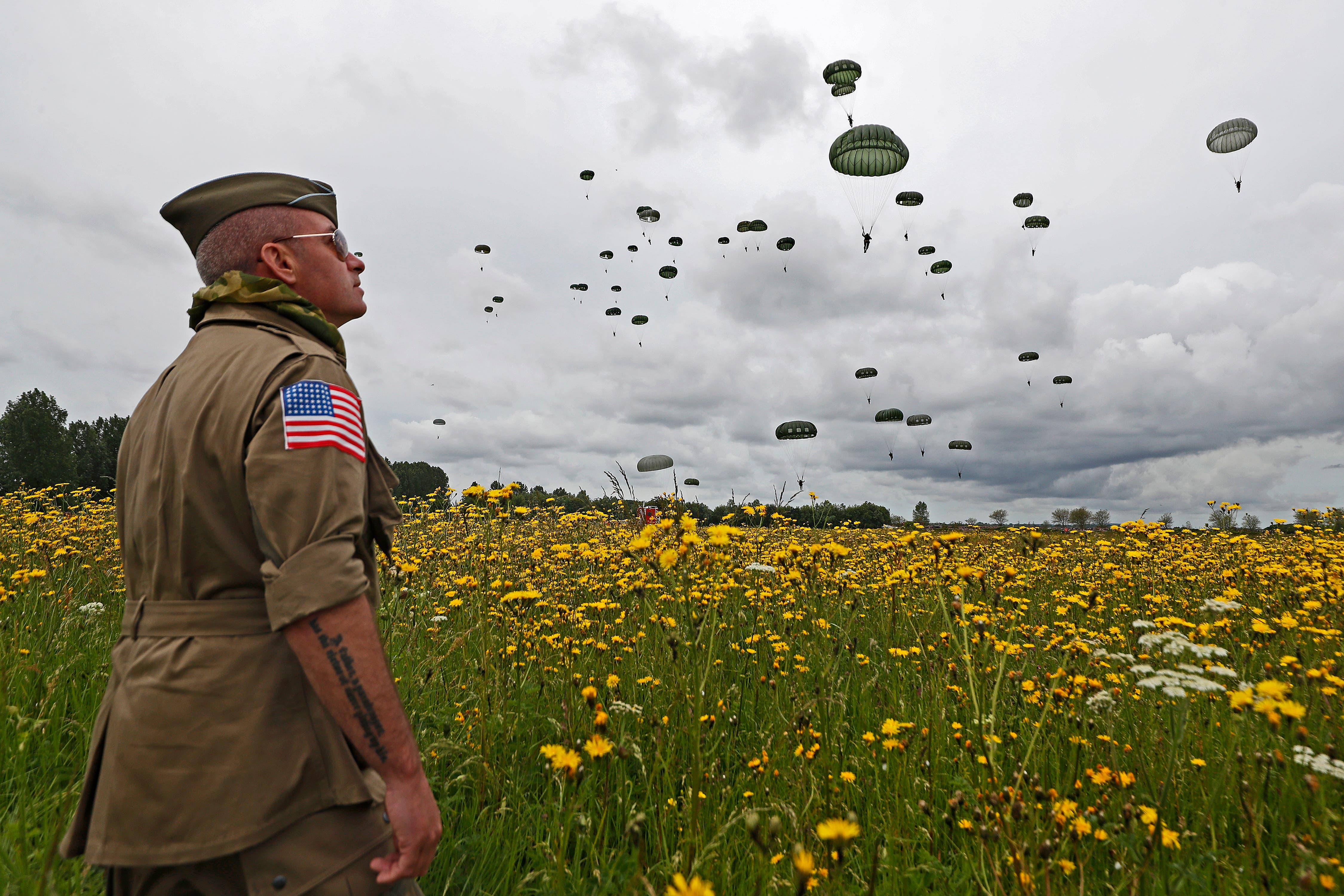 Ein Zuschauer beobachtet historisch gekleidet die anlässlich der Gedenkfeierlichkeiten landenden Fallschirmspringer in Frankreich. (Bild: Keystone/Sebastien Nogier, Carentan, 5. Juni 2019)