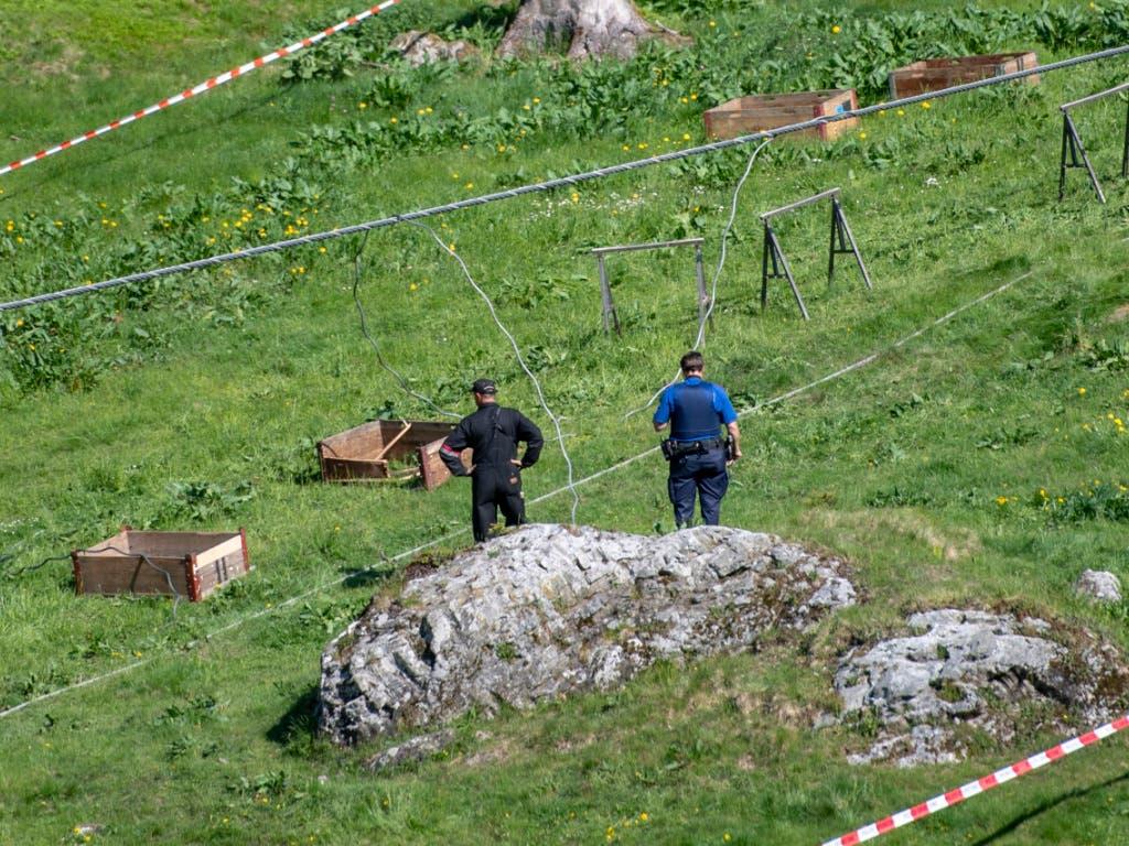 Die Polizei hat die Unfallstelle bei der Gondelbahn zwischen Engelberg und Stand abgesperrt. (Bild: KEYSTONE/URS FLUEELER)