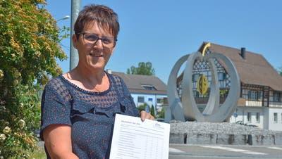 Gemeindepräsidentin Ursula Klaus präsentiert den Fragebogen.Bild: Mario Testa