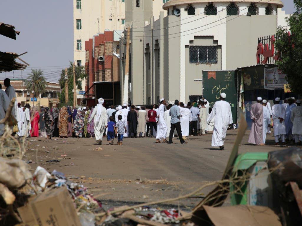 Gläubige versammeln sich in Khartum bei einer Moschee hinter Strassenbarrikaden. Diese waren von Bewohnern errichtet worden, um Militärfahrzeuge an der Durchfahrt zu hindern. (Bild: KEYSTONE/AP)