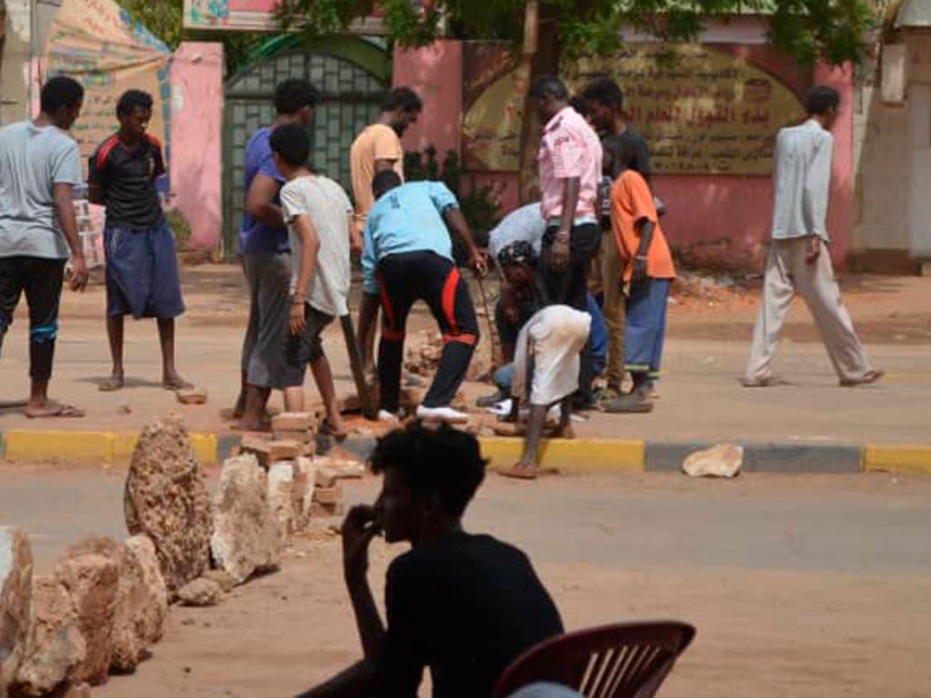 Die Lage im Sudan blieb weiterhin angespannt. Im Norden der Hauptstadt Khartum errichteten hunderte Bewohner aus Steinen Strassenbarrikaden. Nach dem gewaltsamen Vorgehen der Armee gegen die Protestbewegung ist die Zahl der Toten auf 60 gestiegen. (Bild: KEYSTONE/AP Mohammed Najib)