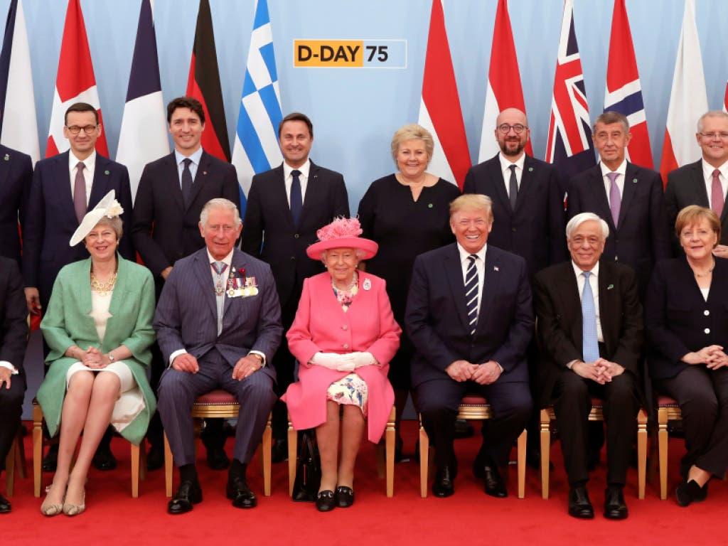 Staats- und Regierungschefs haben in Portsmouth den 75. Jahrestag der Landung der Alliierten in der Normandie gefeiert. In der ersten Reihe des Gruppenbildes sitzen Emmanuel Macron, Theresa May, Prinz Charles, Königin Elizabeth II., Donald Trump, Prokopis Pavlopoulos, Angela Merkel und Mark Rutte. (Bild: KEYSTONE/AP Pool The Times/JACK HILL)