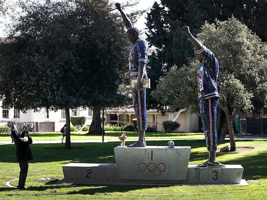 Tommie Smith und John Carlos werden auf dem Universitäts-Gelände von San Jose in Kalifornien für ihr couragiertes Auftreten mit einem Denkmal geehrt. (Bild: KEYSTONE/FR155217 AP/TONY AVELAR)