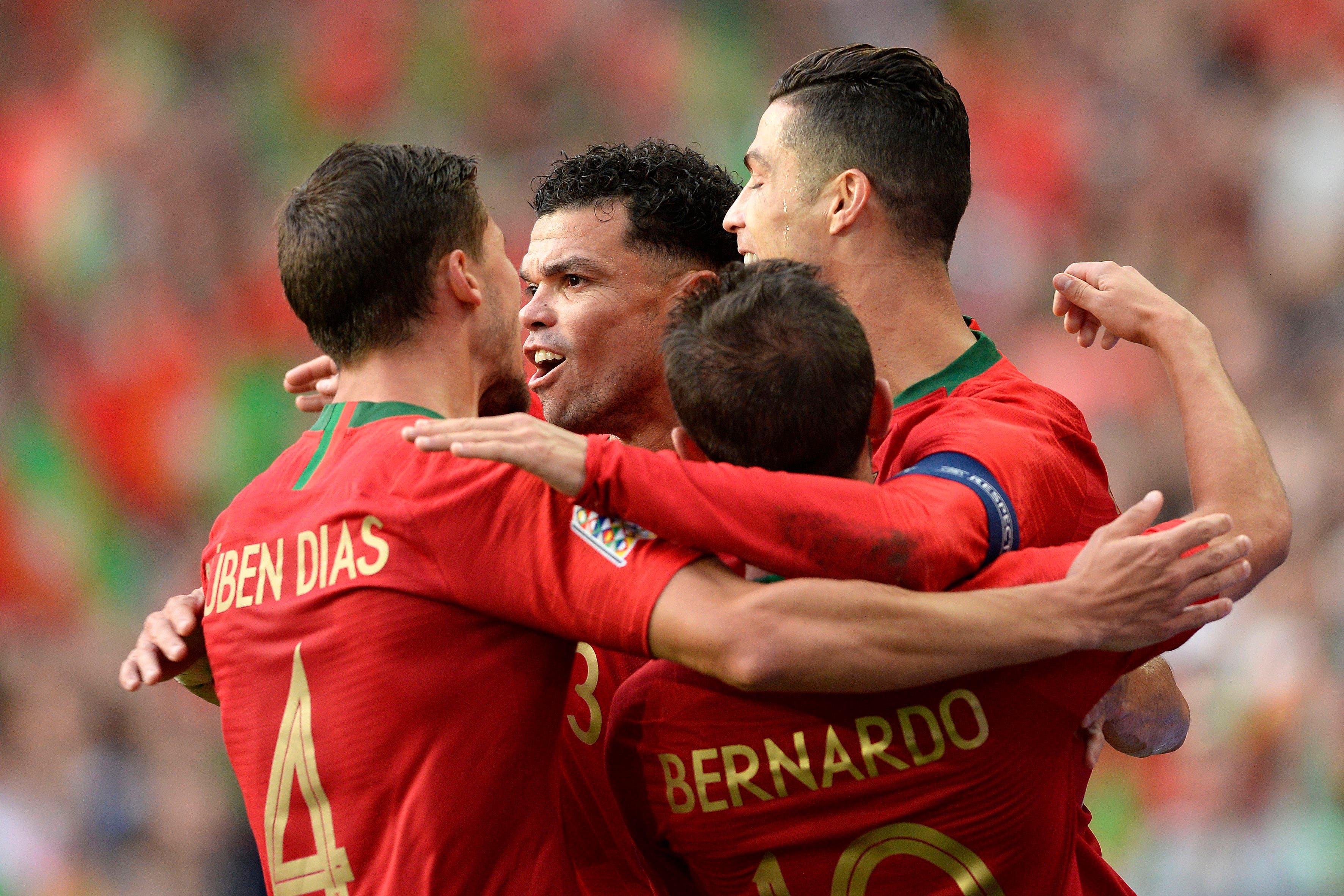 Portugals Cristiano Ronaldo (rechts) feiert mit seinem Teamkollegen Ruben Dias (links), Pepe (hinten) und Bernardo Silva das 1:0. (Bild: Keystone/Fernando Veludo, Porto, 5. Juni 2019)