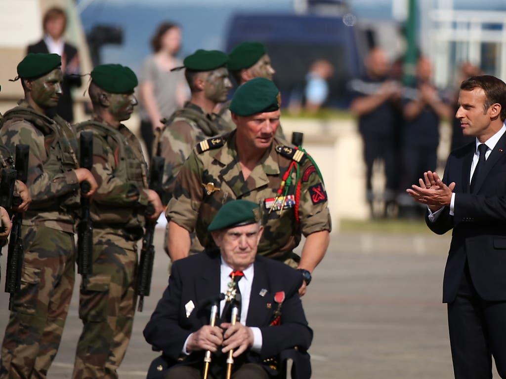 Frankreichs Präsident Emmanuel Macron dankt den Kriegsveteranen für ihren Einsatz. (Bild: KEYSTONE/EPA/THIBAULT VANDERMERSCH)