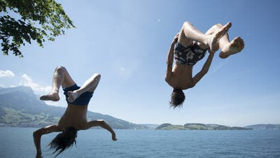 Zwei Jugendliche springen bei Stansstad* in den Vierwaldstättersee. (Bild: Urs Flüeler / Keystone, 17. Juni 2017)