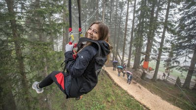 Unsere Reporterin Fabienne Mühlemann absolviert eine Fahrt auf dem «Dragon Glider». (Bild: Pius Amrein,Fräkmüntegg, 6. Juni 2019)