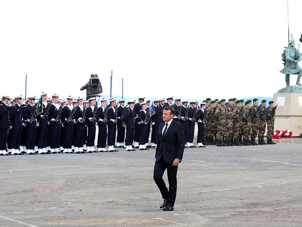 Frankreichs Präsident Emmanuel Macron an der Zeremonie mit US-Marines und französischen Soldaten in Colleville-Montgomery. (Bild: KEYSTONE/EPA/THIBAULT VANDERMERSCH)