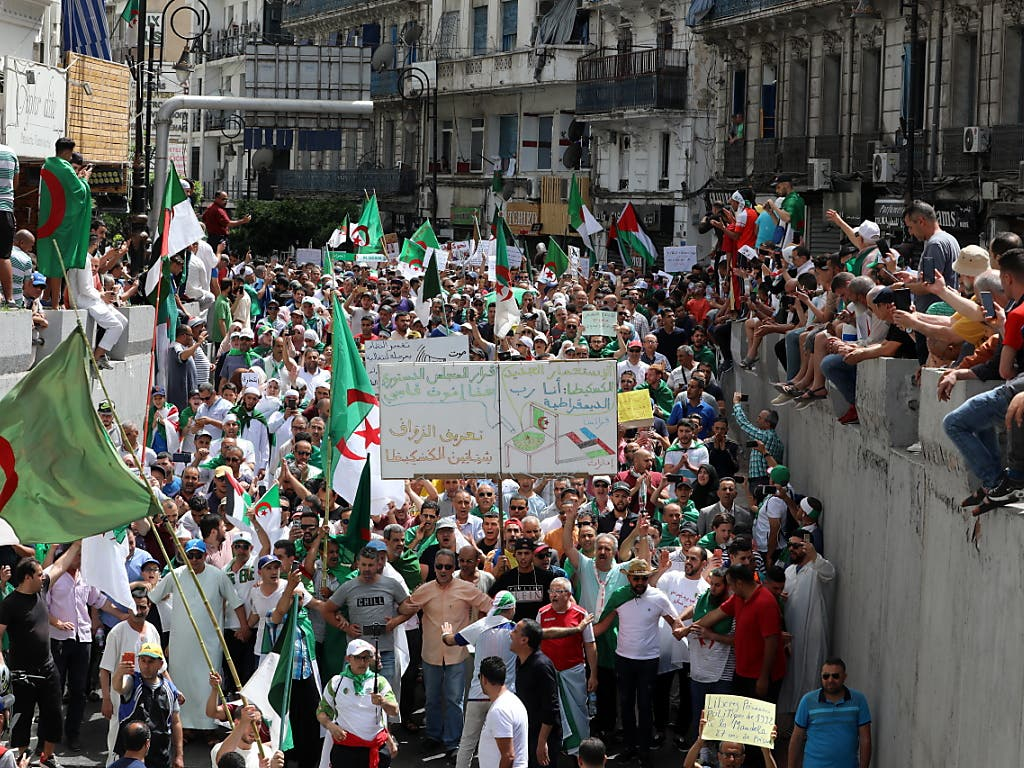 Hunderttausende Menschen haben am Freitag in Algerien den Rücktritt der Regierung gefordert. (Bild: KEYSTONE/EPA/MOHAMED MESSARA)