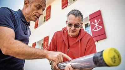 Flavio Anselmetti, Geologe der Universität Bern, begutachtet mit Urs Leuzinger, Archäologe beim Kanton Thurgau, ein Rohr, mit dem Bodenproben vom Grund des Bodensees genommen wurden. (Bild: Reto Martin)