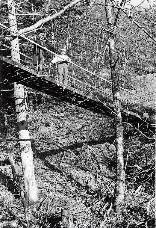 Die Mutter von Andreas Haefele jun. und Andreas Rissi 1968 auf der neu erbauten Hängebrücke. (Bild: Andreas Haefele sen.)