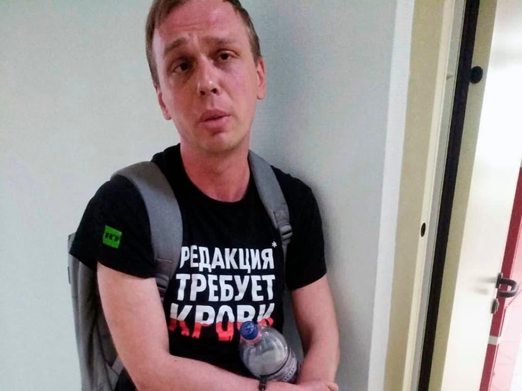Der Investigativ-Journalist Iwan Golunow auf einem Polizeiposten am Donnerstag. Die Polizei wirft ihm Drogenbesitz vor. (Bild: KEYSTONE/AP meduza.io/DMITRY DZHULAY)