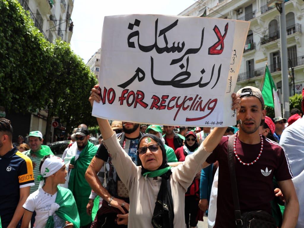 In ganz Algerien protestierten die Menschen gegen die Regierung von Übergangspräsident Abdelkader Bensalah, der auf unbestimmte Zeit im Amt bleiben will. (Bild: KEYSTONE/EPA/MOHAMED MESSARA)