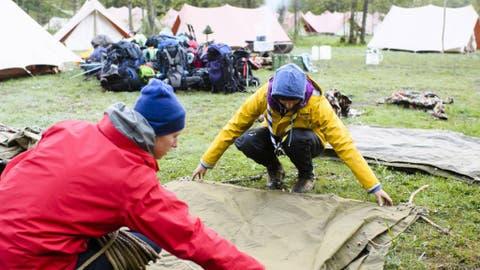 Zelt aufbauen, Zelt abbauen, und dazwischen viel erleben: Zwei Pfadfinder legen während eines Pfingstlagers übereinander. (Bild:Keystone/MANUEL LOPEZ)