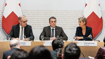 Guy Parmelin (SVP), Ignazio Cassis (FDP) und Karin Keller-Sutter (FDP) erklären den Bundesratsentscheid zum Rahmenabkommen. (Bild: Peter Schneider / Keystone, Bern, 7. September 2019)