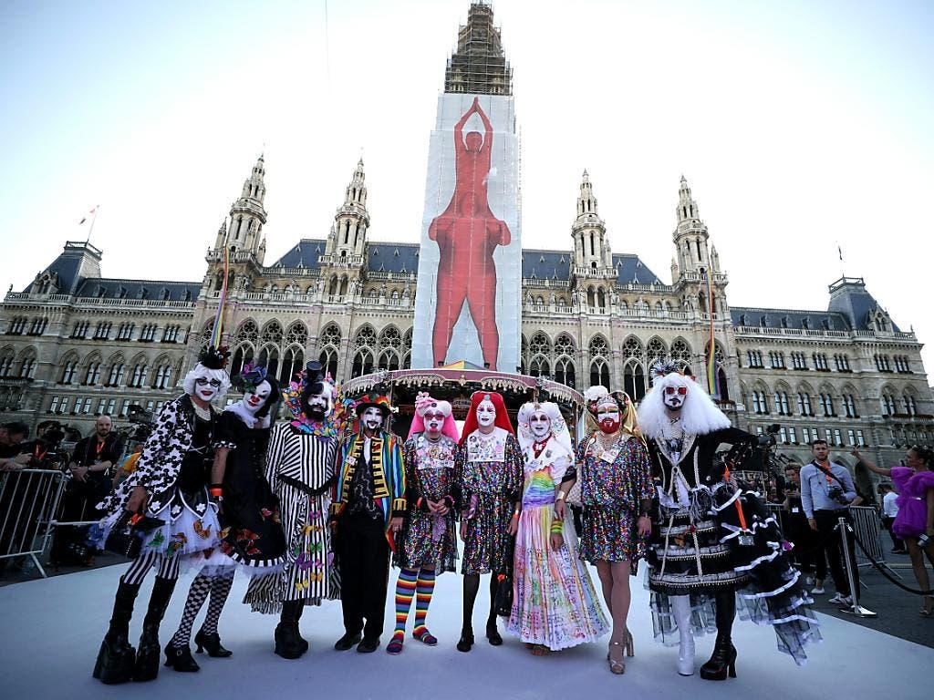 Die Gäste kamen in aufwendigen Kostümen zum Glamour-Ball im Wiener Rathaus. (Bild: KEYSTONE/APA/APA/GEORG HOCHMUTH)
