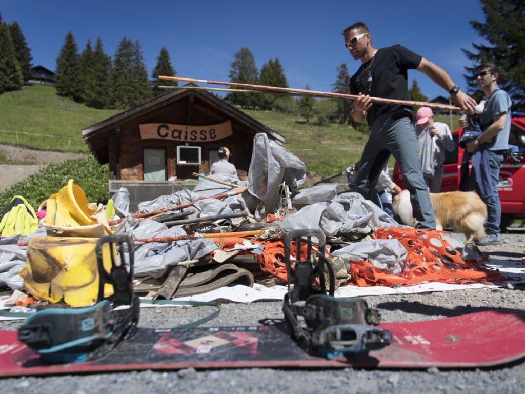 Freiwillige Helferinnen und Helfer sammeln Abfälle in Champoussin, Val-d'Illiez in der Region Portes du Soleil (VS). (Bild: Keystone/LAURENT GILLIERON)
