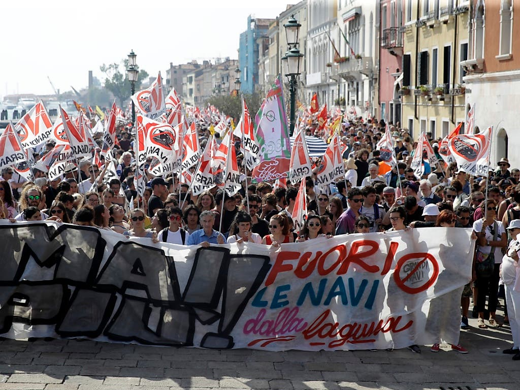 In Venedig haben tausende Menschen für den Bann von Luxuslinern aus der Lagunenstadt demonstriert. (Bild: KEYSTONE/AP/LUCA BRUNO)