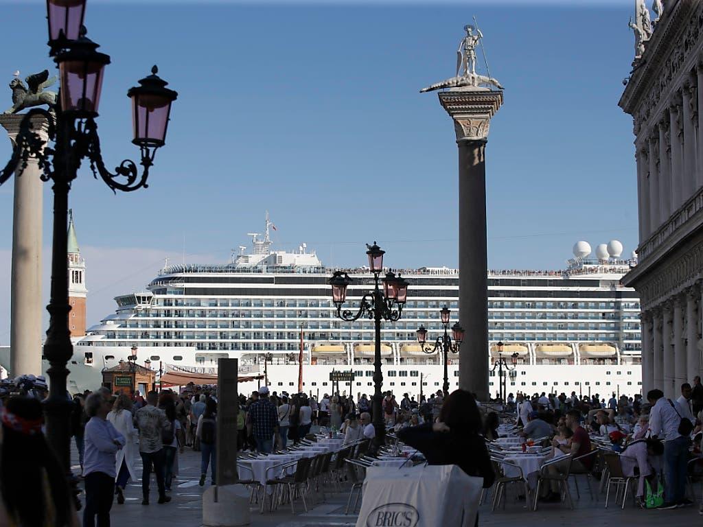 Nachdem ein Kreuzfahrtschiff am vergangenen Sonntag in Venedig beim Anlegen ein Touristenboot rammte, wird erwogen, dass die grossen Schiffe künftig in der Industriegegend von Marghera anlegen. (Bild: KEYSTONE/AP/LUCA BRUNO)