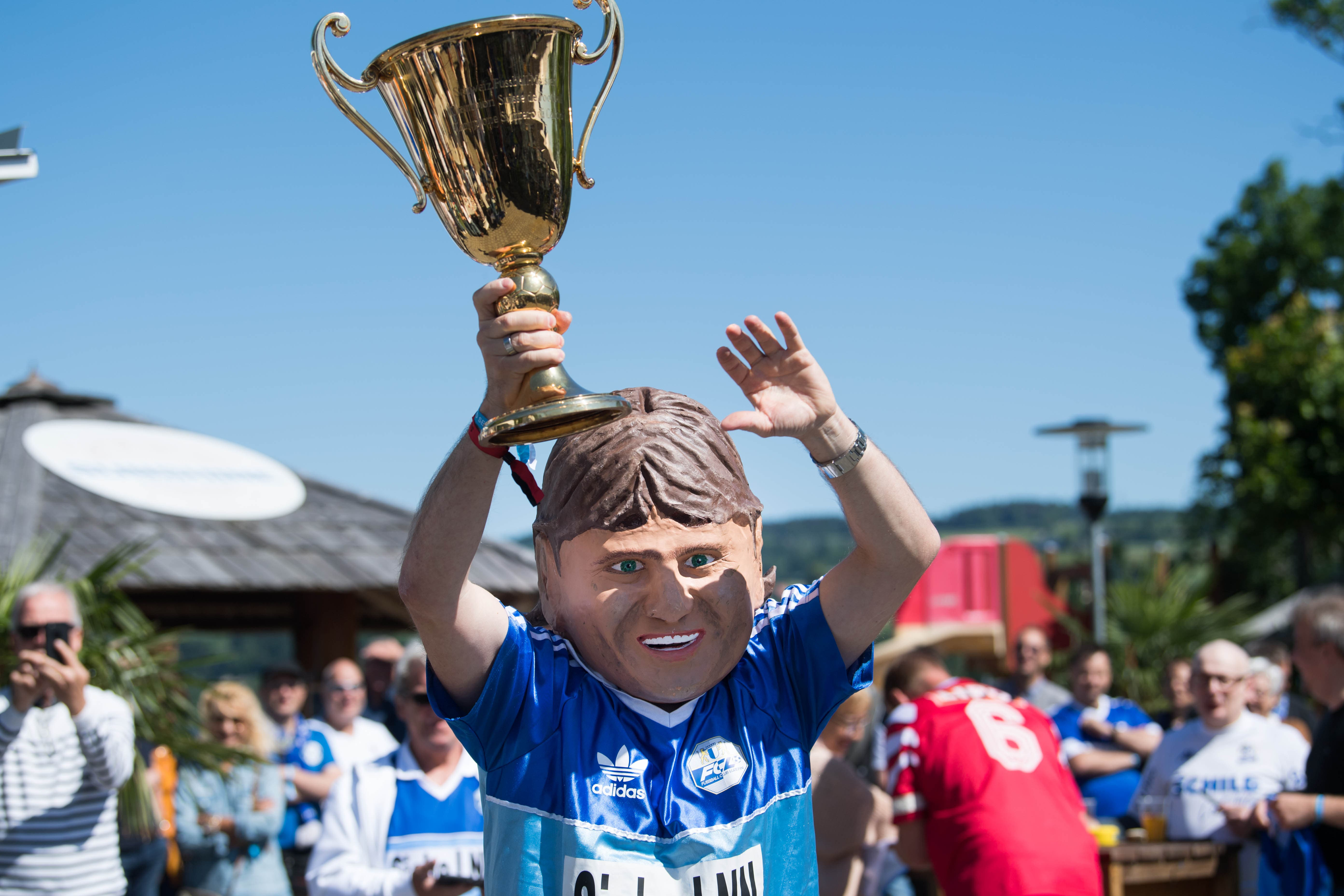 Den Original-Pokal überbrachte ein Double von FCL-Meisterspieler Hansi Burri, welches auch schon an der Luzerner Fasnacht teilgenommen hat. (Bild: Eveline Beerkircher-Bachmann (Sempach, 8. Juni 2019))
