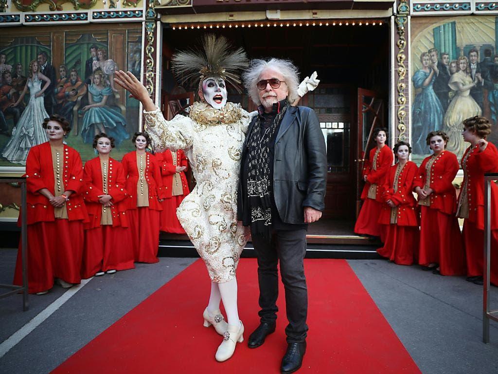 Der Direktor des Circus Roncalli , Bernhard Paul mit einem Clown am Life Ball vor dem Wiener Rathaus. (Bild: KEYSTONE/APA/APA/GEORG HOCHMUTH)