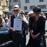 OiO-Veranstalter Ruedi Müller freut sich mit seiner Partnerin Ruth Iseli über den ersten Sarner Kulturförderungspreis, den ihm die Gemeinde verliehen hat. (Bilder: Franziska Herger, Sarnen, 8. Juni 2019)