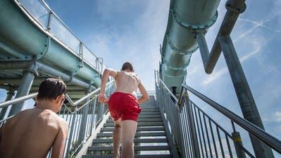 Auf der Breitbahnrutschbahn ignorierten die Jugendlichen die Verhaltensvorschriften. (Bild: Andrea Stalder)