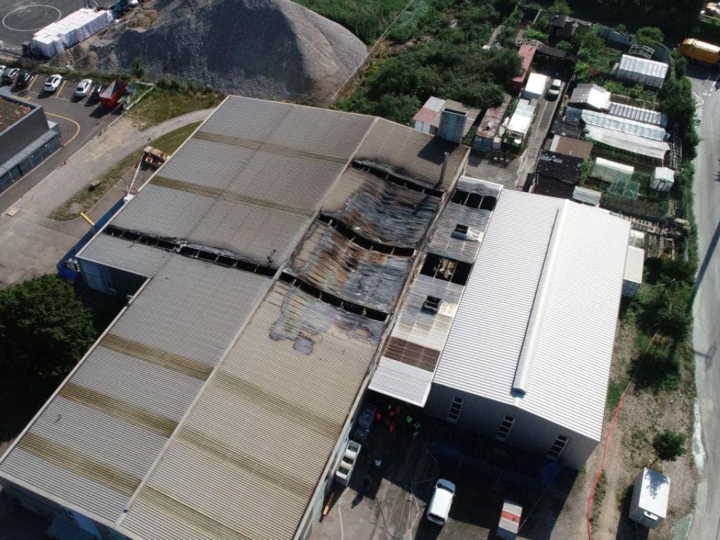 Nach einem Grossbrand in einem Produktionsbetrieb in Pratteln BL ist das betroffene Gebäude einsturzgefährdet. (Bild: Polizei Basel-Landschaft)