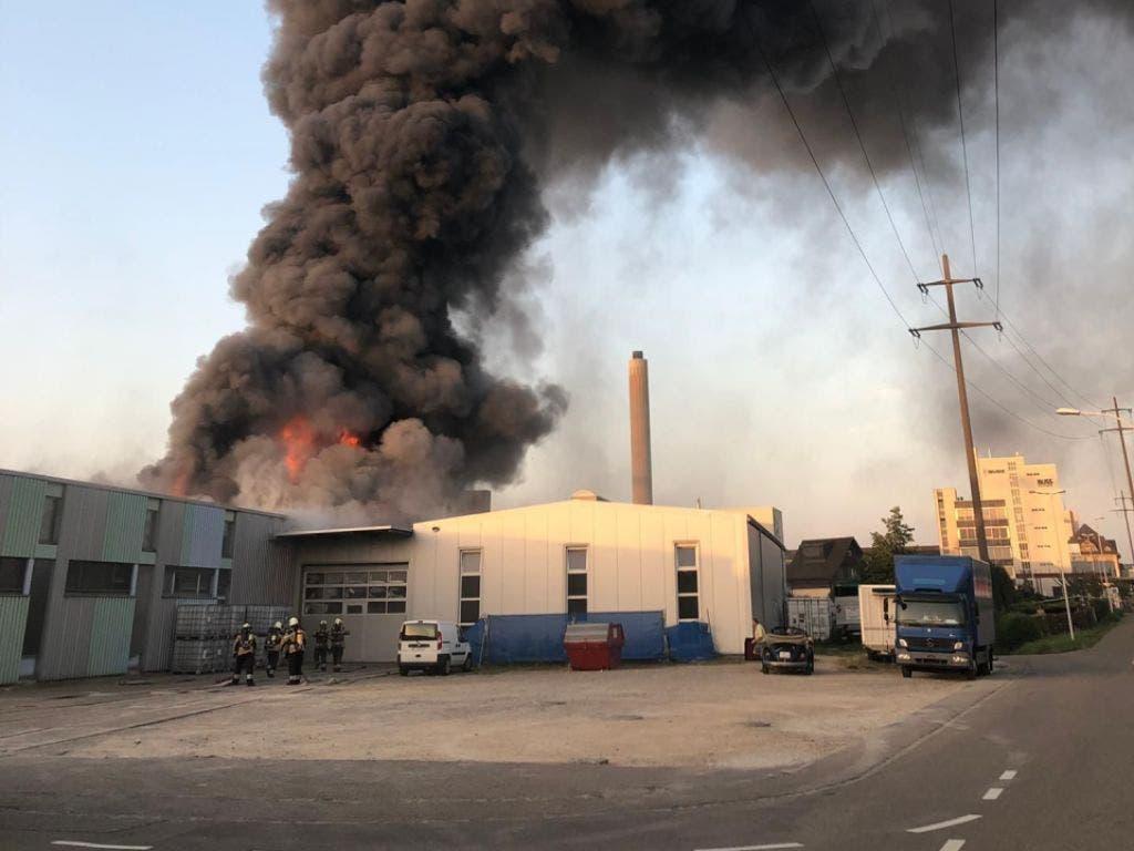 Rasch stand am Sonntagabend eine weit herum sichtbare Rauchsäule am blauen Sommerhimmel. In Pratteln BL war ein Produktionsbetrieb in Brand geraten. (Bild: Polizei Basel-Landschaft)