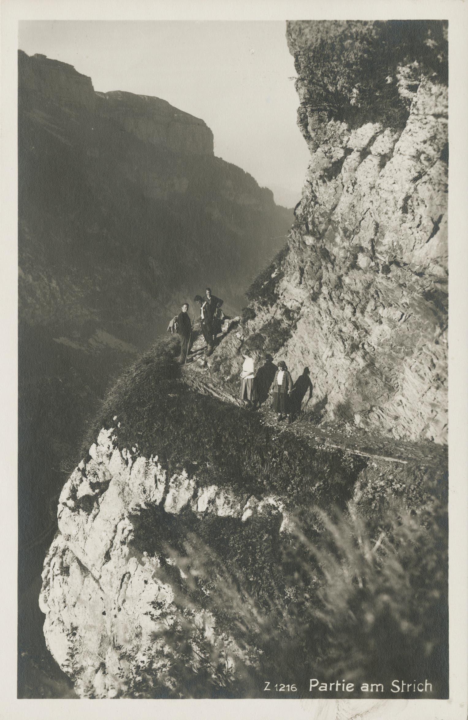 Wanderer auf dem Schrennenweg beim Strich. (Bild: Foto Gross, St.Gallen/Landesarchiv AI)