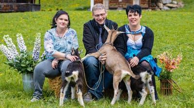 Adrian mit seinen beiden Hofdamen Nadine (links) und Cornelia. (Bild: PD)