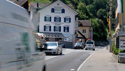 Das grosse Verkehrsaufkommen ist für die Gemeinde Sisikon eine grosse Belastung. (Bild: Corinne Glanzmann, 6. Juni 2018)