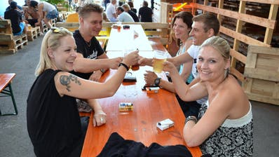 Das EschlikerWuudu Festival bietet nebst gemütlichem Beisammensein vieles mehr: Swimmingpool, Hüpfburg, Kinderschminken, Musik oder einen Vier-Meter-Grill. (Bilder: Christoph Heer)