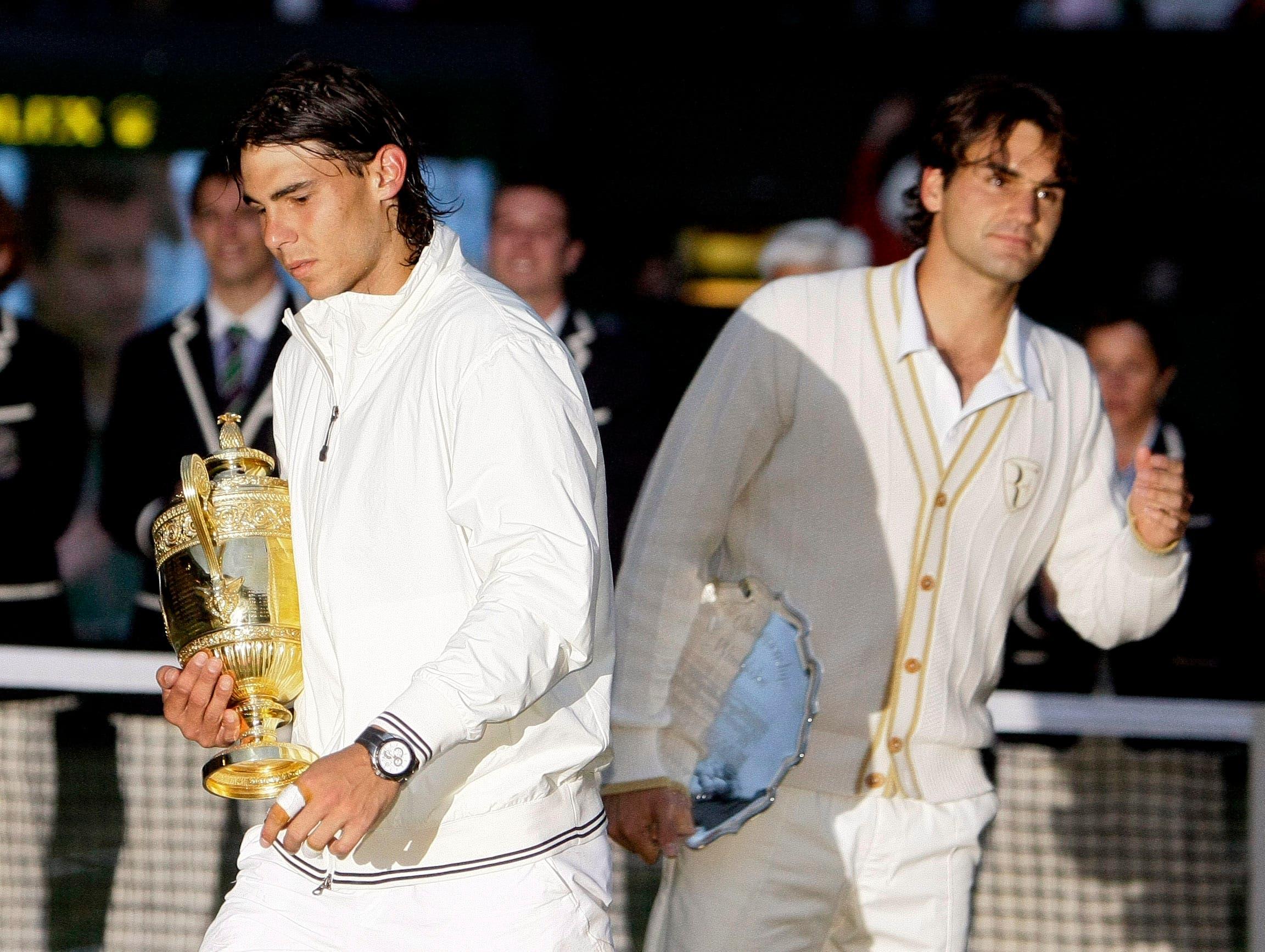 2008: Nadal vs. Federer 6:4, 6:4, 6:7 (5:7), 6:7 (8:10), 9:7Der dritte Wimbledon-Final zwischen Federer und Nadal gilt als bestes Tennis-Spiel der Geschichte. Als Nadal um 21.15 Uhr den Matchball verwertet, bricht die Dunkelheit über London herein. Später wird das 4:48-Stunden-Epos verfilmt. Federer, der im Frühling unter dem Pfeifferschen Drüsenfieber litt, sagt später, die Niederlage sei die Folge des Final-Debakels in Paris im Monat zuvor gewesen, bei dem ihm Nadal nur vier Games überliess. Nach 41 Siegen in Folge verliert Federer erstmals seit 2002 wieder in Wimbledon.
