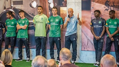 Lukas Görtler, links von Trainer Peter Zeidler, präsentiert beim Kick-off-Event des FC St.Gallen das neue Trikot. (Bild: Hanspeter Schiess)