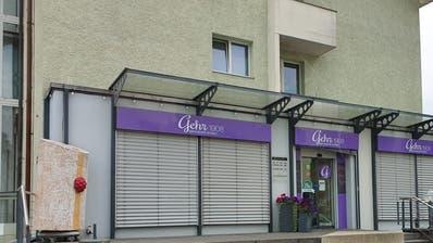 Der Eingang der Filiale der Bäckerei Gehr in Gossau ist seit heute versiegelt. Das Betreten steht unter Strafe. (Bild: Leserreporter)